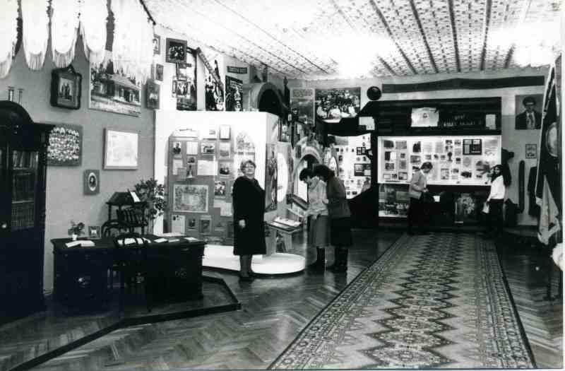В музее народного образования. На фото руководитель музея З.А. Кузьменко. 1997г.
