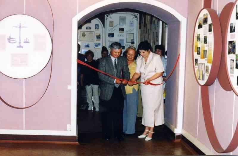 Торжественное открытие галереи Новое время - новая школа. Май, 2003г.