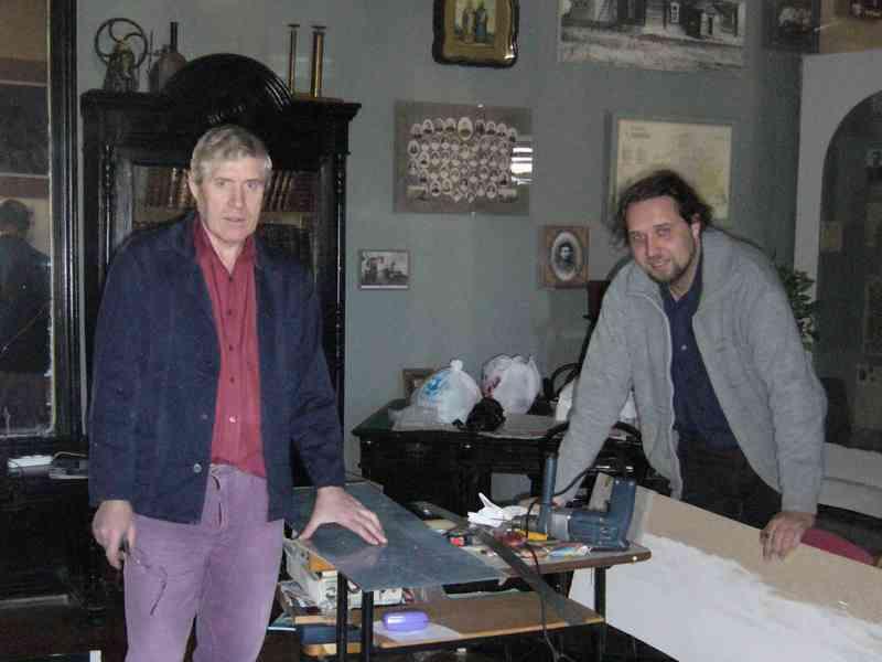 Руководитель музея Алексей Владимирович Панфилов (справа) и музейный художник Алексей Васильевич Иванов (слева) в процессе работы над обновлением музейной экспозиции. 2010 г